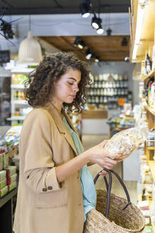 Young woman shopping in a food shop - AFVF03605