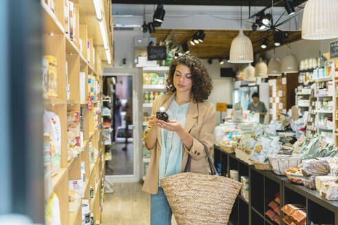 Young woman shopping in a food shop - AFVF03617