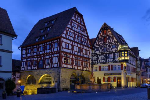 Fleischhaus, Tanzhaus und Jagstheimerhaus, Marktplatz, Dämmerung, Rothenburg ob der Tauber, Mittelfranken, Franken, Bayern, Deutschland - LB02660
