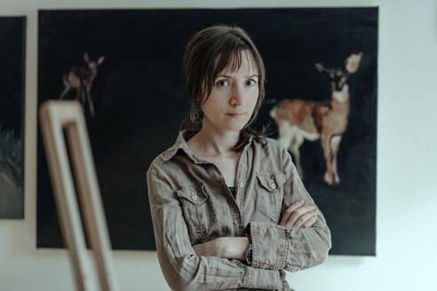 Deutschland, Bonn, im Studio einer Künstlerin, Portrait der Künstlerin im Vordergrund - OGF00093