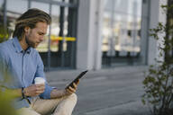 Young man using tablet in the city - KNSF06166