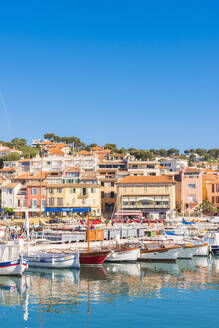 Boats in Cassis harbour, Bouches du Rhone, Provence, Provence-Alpes-Cote d'Azur, French Riviera, France, Mediterranean, Europe - RHPLF00097