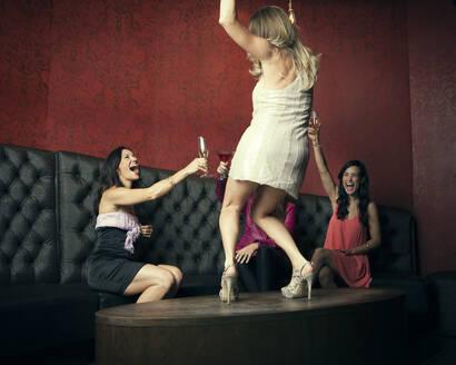 Women celebrating in nightclub - BLEF13738