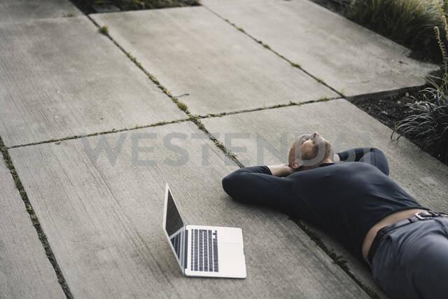 Man with laptop having a break - KNSF06210 - Kniel Synnatzschke/Westend61