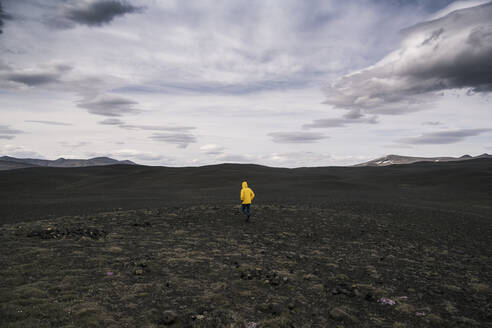 Mature man walking in Icelandic Highlands - UUF18742