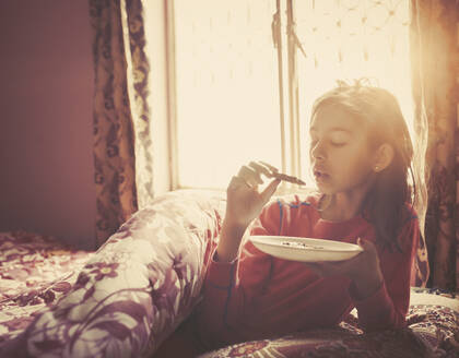 Girl eating breakfast in bed - BLEF14399