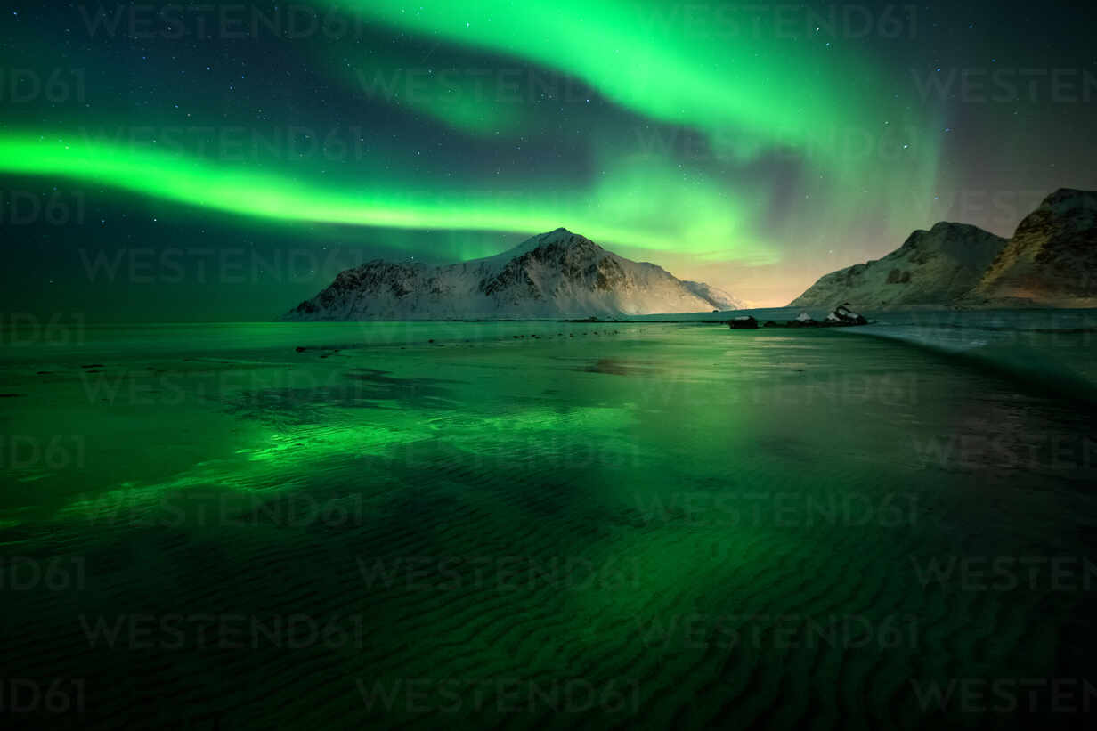 Aurora Borealis (Northern Lights) above Flakstad Beach, Lofoten Islands, Nordland, Norway, Europe - RHPLF01681 - RHPL/Westend61