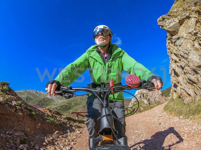 Senior man on mountainbike - LAF02356 - Albrecht Weißer/Westend61