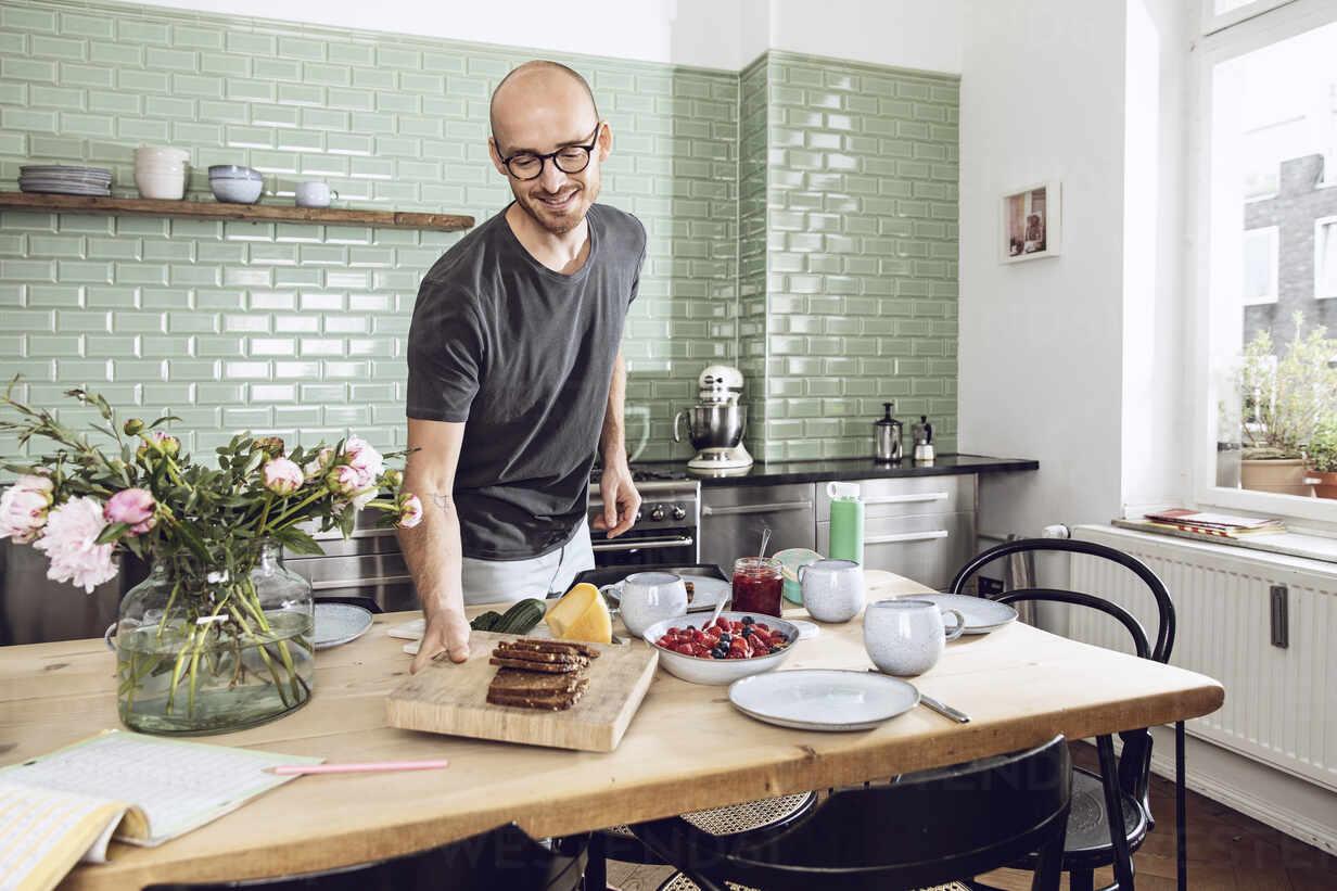 Man setting the breakfast table - MCF00278 - Maya Claussen/Westend61