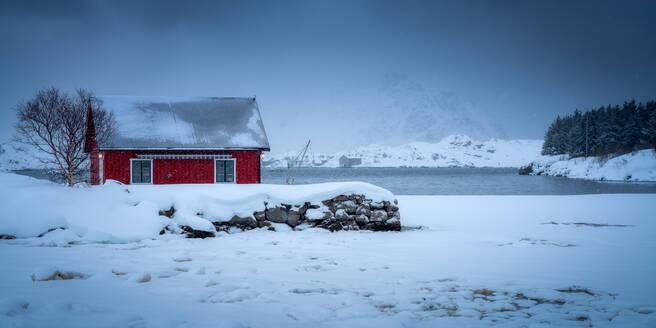 Traditional Rorbu on a snowy winter's day, Lofoten Islands, Nordland, Norway, Europe - RHPLF07321