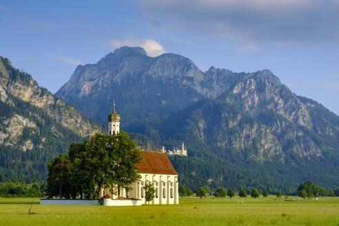 Kirche St. Coloman, vor dem Säuling und Schloß Neuschwanstein, Schwangau, Ostallgäu, Allgäu, Schwaben, Bayern, Deutschland, - LBF02681