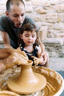 Father and daughter in a pottery workshop - GEMF03126