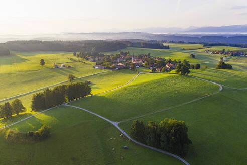 Peretshofen bei Dietramszell im Morgenlicht, T�lzer Land, Luftbild, Oberbayern, Bayern, Deutschland - SIEF08979