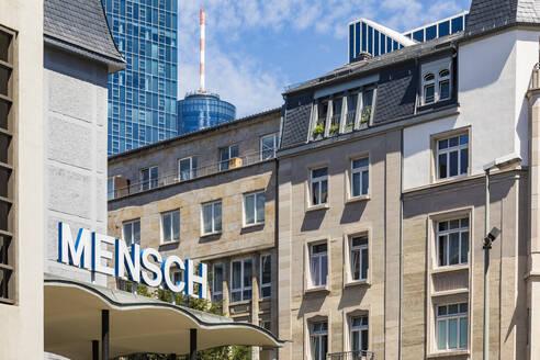 Deutschland, Hessen, Frankfurt am Main, Stadtzentrum, Hochhäuser, Maintower, Banken, Wohnhäuser, Schriftzug Mensch, Symbol - WDF05476