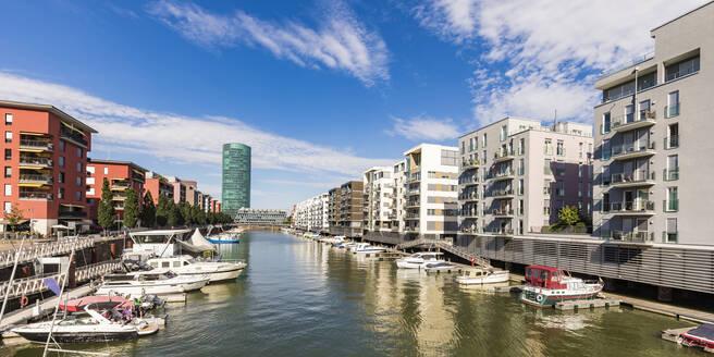 Deutschland, Hessen, Frankfurt am Main, Westhafen, Westhafen Tower, Hafen, Boote, Motorjacht, moderne Mehrfamilienhäuser, Wohnung mit Bootsliegeplatz, Immobilie - WDF05482
