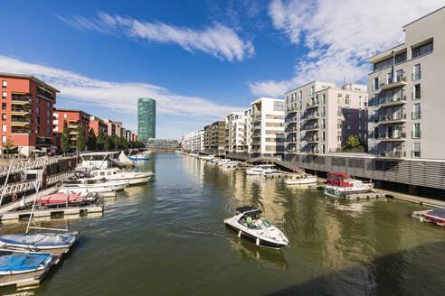 Deutschland, Hessen, Frankfurt am Main, Westhafen, Westhafen Tower, Hafen, Boote, Motorjacht, moderne Mehrfamilienhäuser, Wohnungen, Immobilie - WD05503