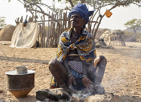 Old Mucubal woman cooking in the traditional way, Tchitundo Hulo, Virei, Angola - VEGF00609