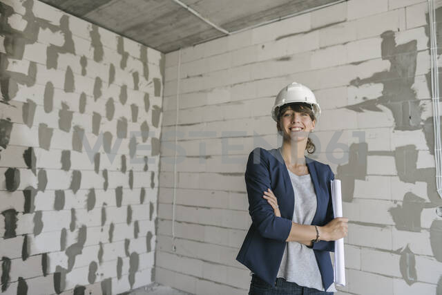 Portrait of female architect on construction site - AHSF00815 - Hernandez and Sorokina/Westend61