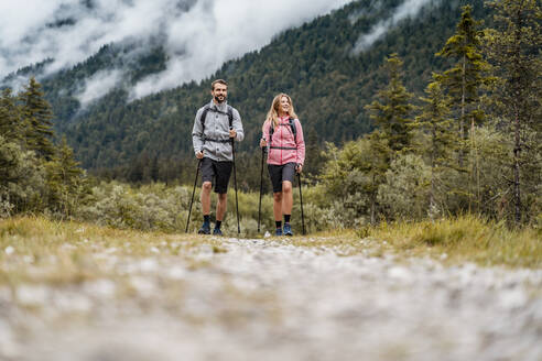 Young couple on a hiking trip, Vorderriss, Bavaria, Germany - DIGF08324