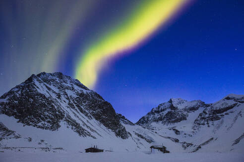 Northern lights over snow covered mountains in Lapland, Sweden - FOLF11068