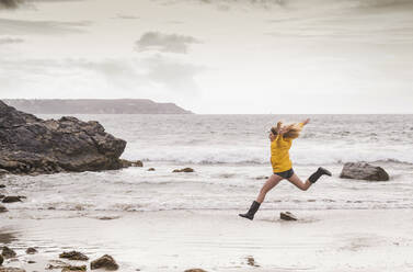 Woman jumping at the beach - UUF18990
