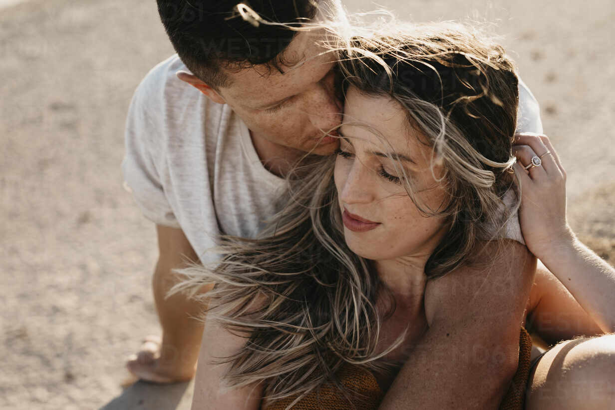 Affectionate young couple on the beach - LHPF00829 - letizia haessig photography/Westend61