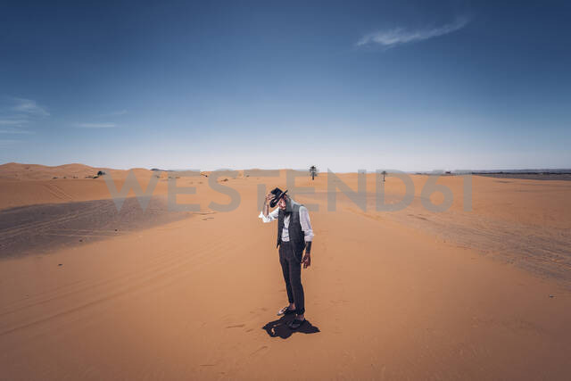 Man with a beard and hat in the dunes of the desert of Morocco - OCMF00718 - Oscar Carrascosa Martinez/Westend61