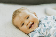 Portrait of a smiling baby girl - DWF00516