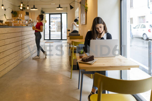 Young woman using laptop in a cafe - GIOF07122 - Giorgio Fochesato/Westend61