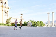 Man and woman running in the city - JNDF00082
