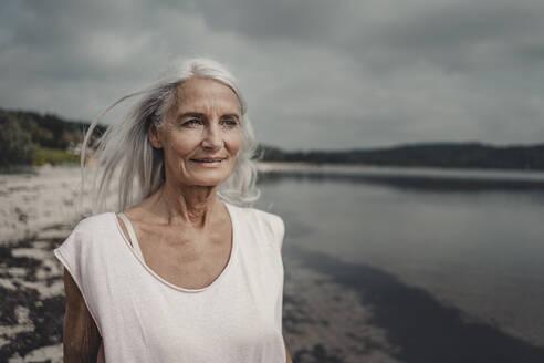 Senior woman at the sea, portrait - JOSF03750