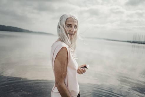 Senior woman at the sea, portrait - JOSF03753