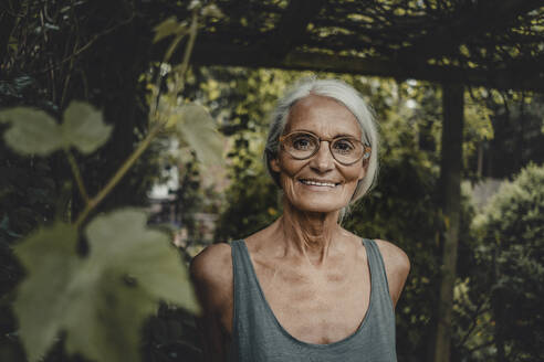 Portrait of a senior woman, wearing glasses - JOSF03780