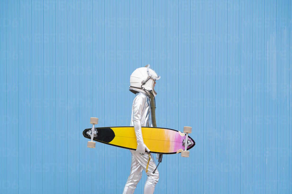 Kid dressed as an astronaut with longboard - DAMF00037 - David Agüero Muñoz/Westend61