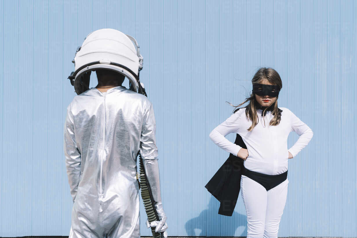 Two kids in astronaut and superhero costumes - DAMF00046 - David Agüero Muñoz/Westend61