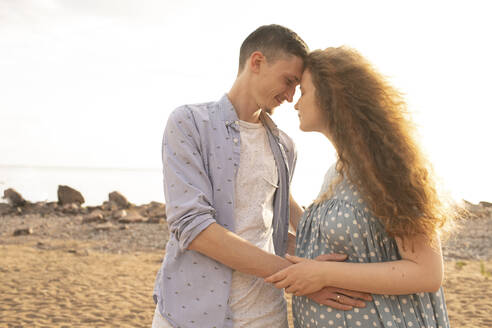 Portrait of young couple at the beach - VPIF01514