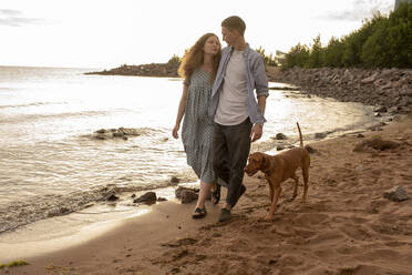 Young couple with dog at the beach - VPIF01523