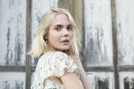 Portrait of blond young woman outdoors - JESF00315