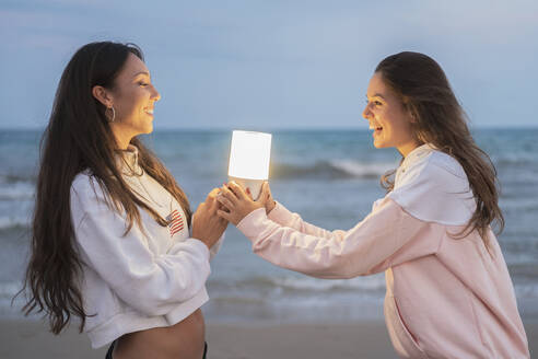 girls on the beach smiling lit with led light/SPAIN/ALICANTE/ALICANTE - DLTSF00125