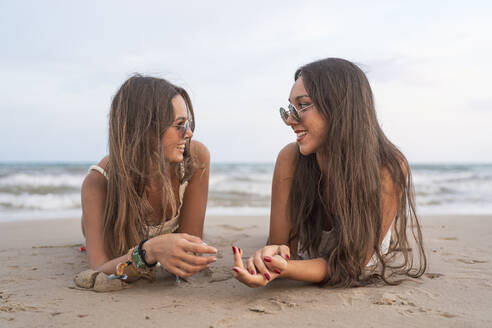 girls on the beach smiling/SPAIN/ALICANTE/ALICANTE - DLTSF00143