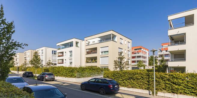 Deutschland, Baden-Württemberg, Ostfildern, bei Stuttgart, Neubaugebiet, moderne Mehrfamilienhäuser, Wohnhaus, Eigentumswohnung, Immobilie - WDF05518