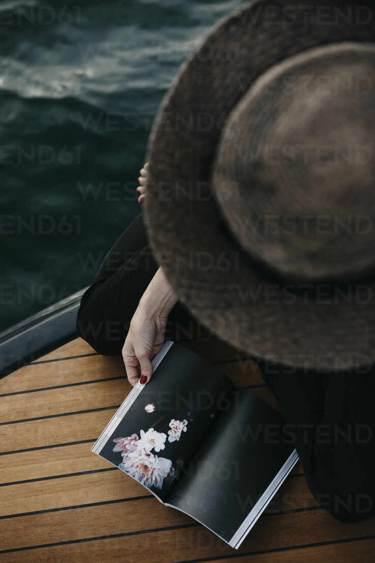 Woman with a book on a boat - LHPF00932 - letizia haessig photography/Westend61