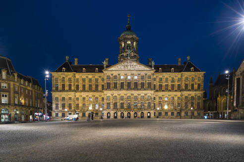 Netherlands, Amsterdam, Royal Palace of Amsterdam at night - XCF00234