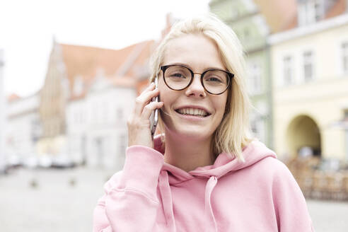 Portrait of blond woman using smartphone - JESF00368