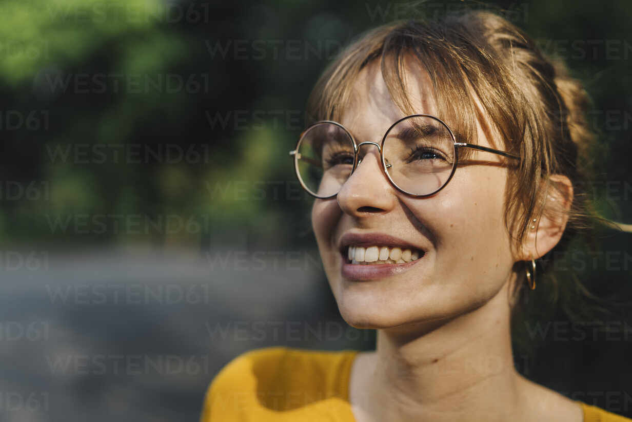 Portrait of smiling young woman with glasses - KNSF06695 - Kniel Synnatzschke/Westend61