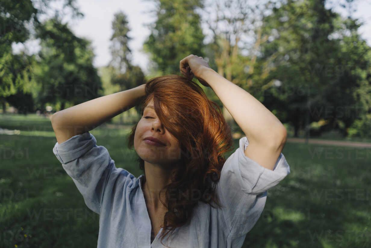 Portrait of redheaded woman in a park - KNSF06704 - Kniel Synnatzschke/Westend61