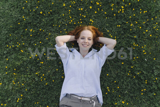 Portrait of redheaded woman lying on a flower meadow - KNSF06728 - Kniel Synnatzschke/Westend61