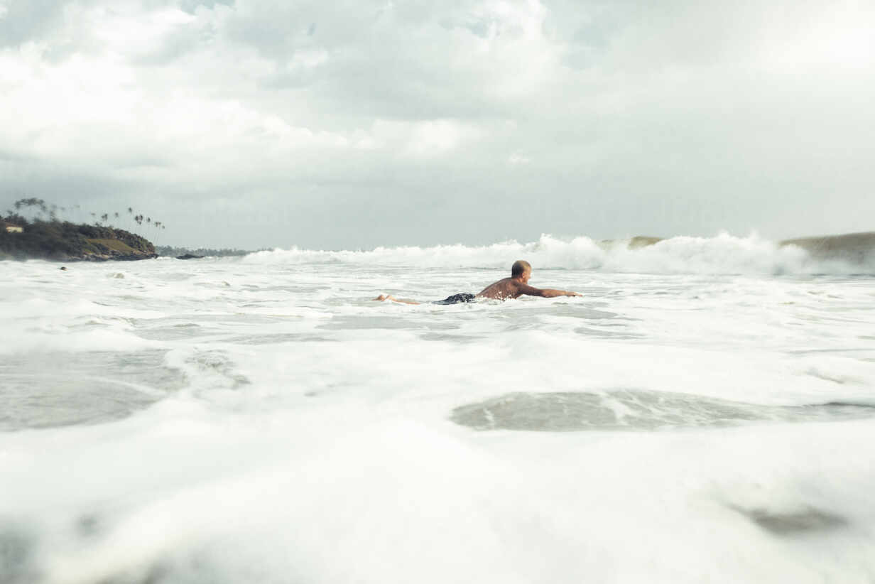 Man surfing - JOHF01102 - Johner Images/Westend61