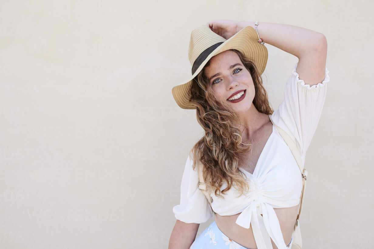 Portrait of beautiful smiling young woman with hat - IGGF01349 - Ivan Gener/Westend61