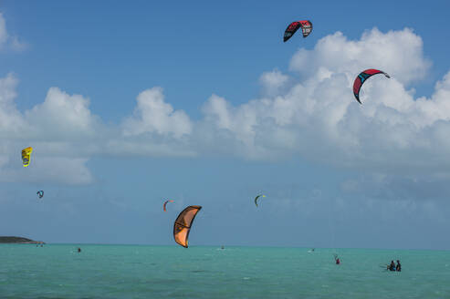 Kiteboarding on Long Bay against sky, Providenciales, Turks And Caicos Islands - RUNF03351